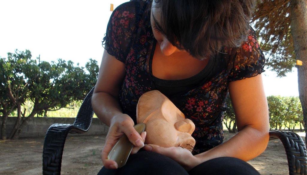 Gaia Geri creazione maschera in cuoio