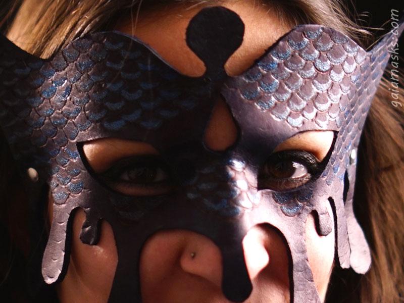 dettaglio pirografato della maschera Acqua