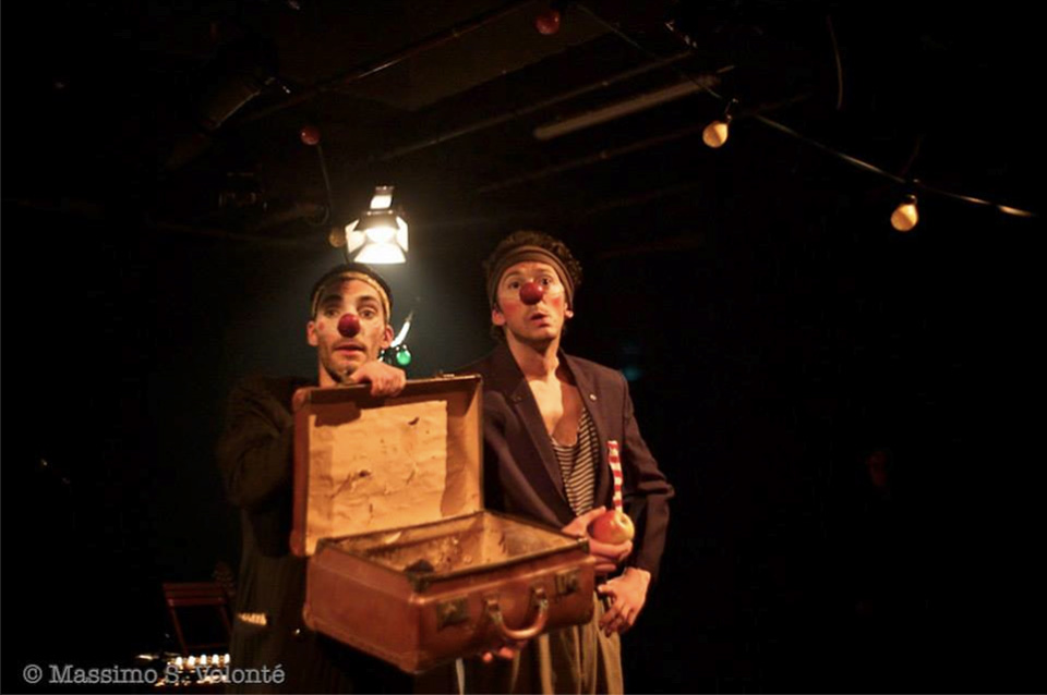 Bianco e Augusto con valigia