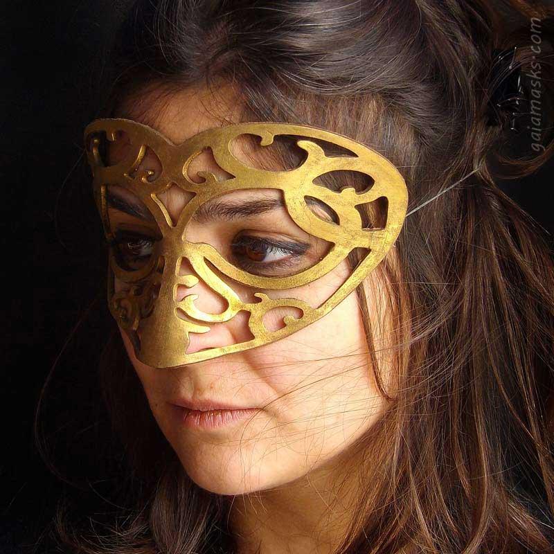 Cuore maschera in cuoio color oro