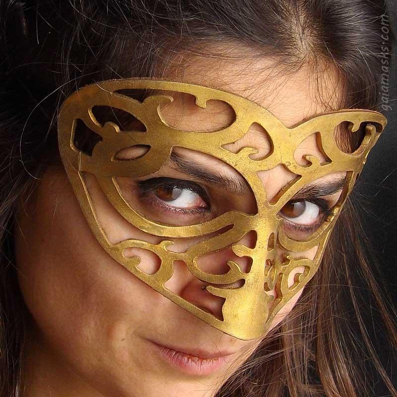 maschera traforata in cuoio cuore