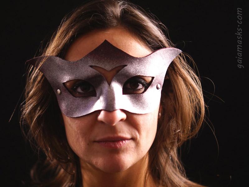 Curiosa maschera metallizzata in cuoio