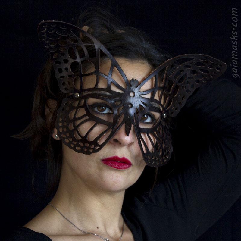 Farfalla maschera nera traforata