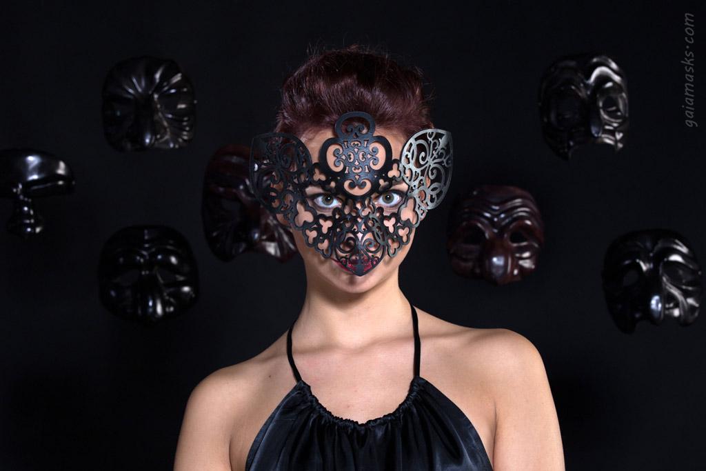 Maschera traforata Gufo tra maschere di Commedia dell'Arte