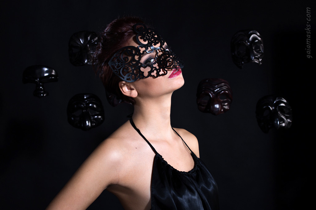 Maschera Traforata Gufo tra maschere nere