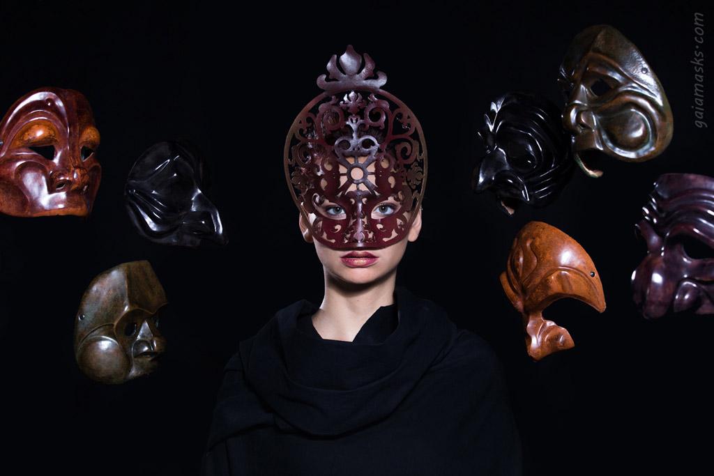 Maschera Traforata Papessa tra maschere di Commedia dell'Arte