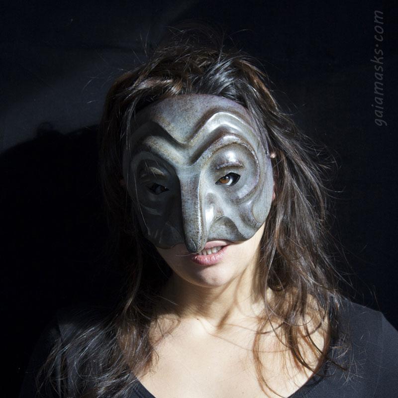 maschera in cuoio Strega Magara grigia