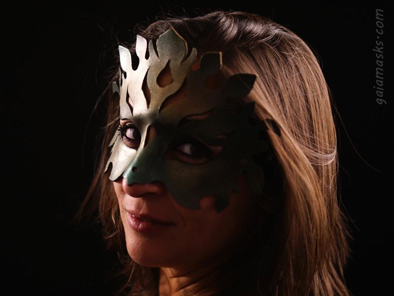 Maschera in cuoio terra floreale