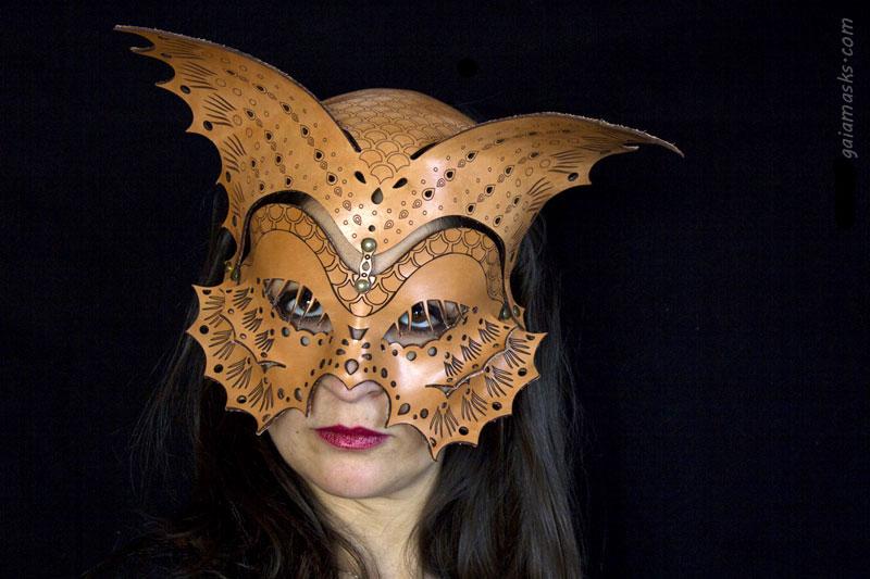 Pesce maschera e copricapo in cuoio naturale