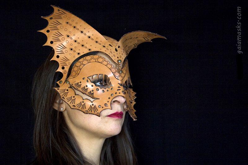 Pesce maschera e copricapo traforate in cuoio