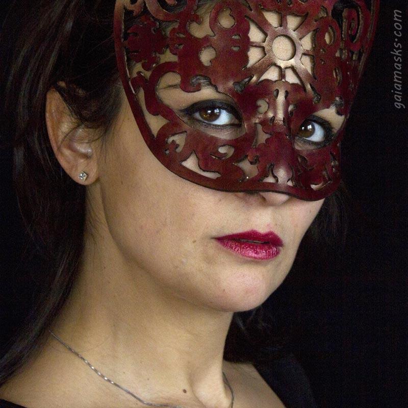 Papessa maschera traforata in cuoio