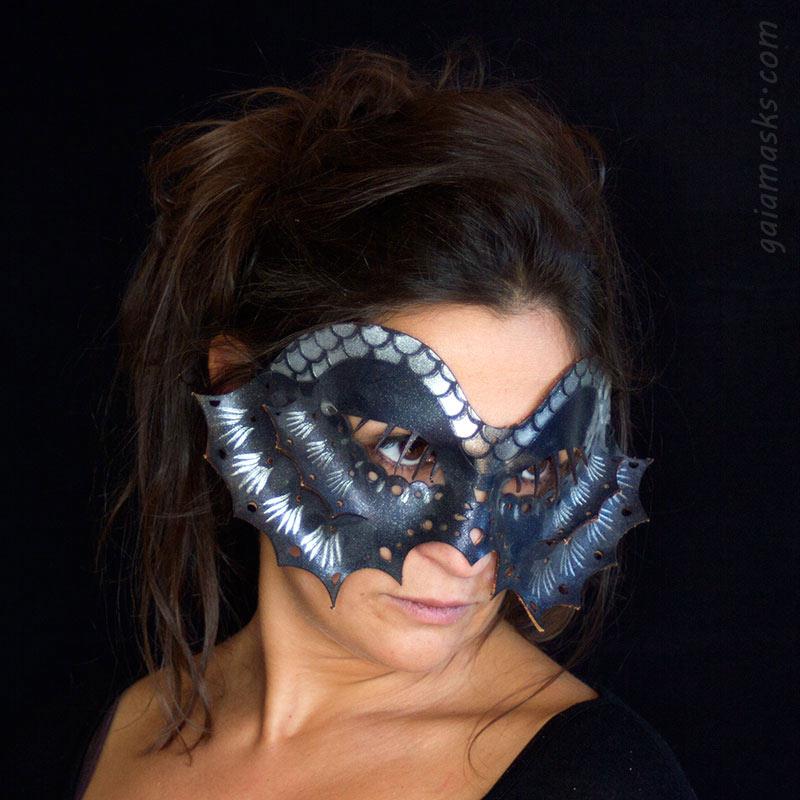 Pesce maschera in cuoio blu e argento
