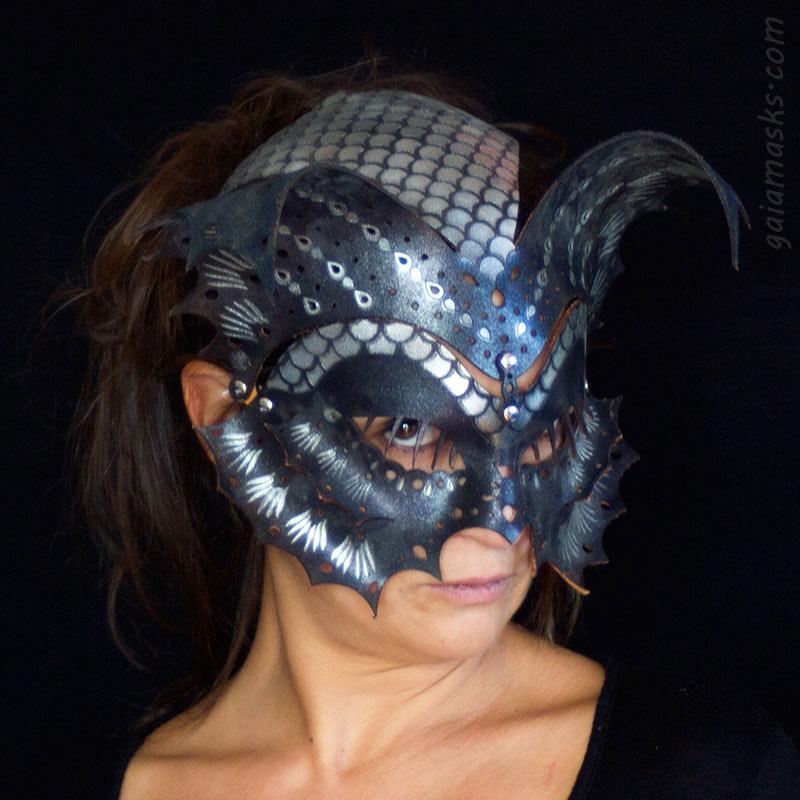 Pesce maschera e copricapo blu e argento