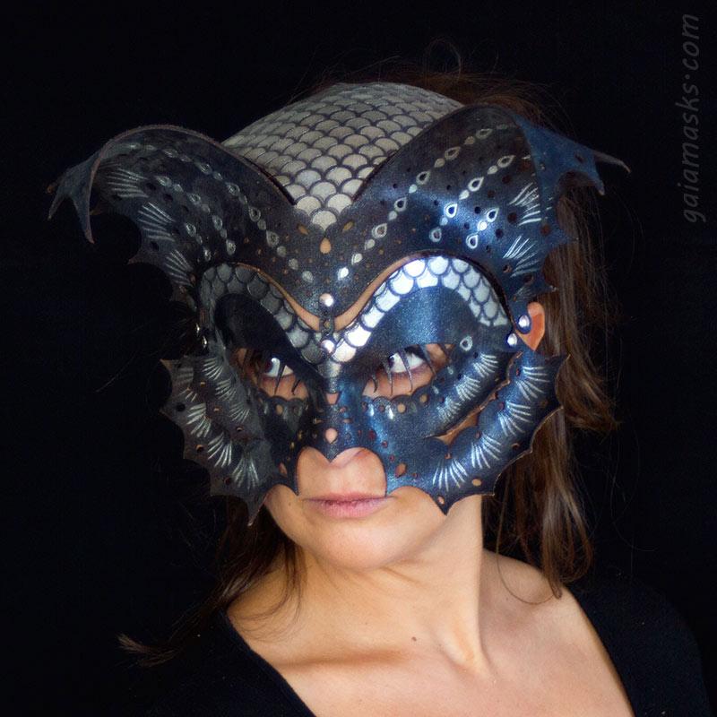 Pesce maschera e copricapo in cuoio